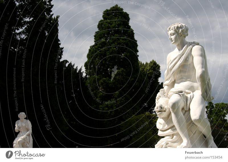 Paar auf Distanz Farbfoto Außenaufnahme Licht Schatten Kontrast Blick Garten 2 Mensch Kunst Skulptur Kultur Himmel Wolken Sonne Schönes Wetter Baum Park