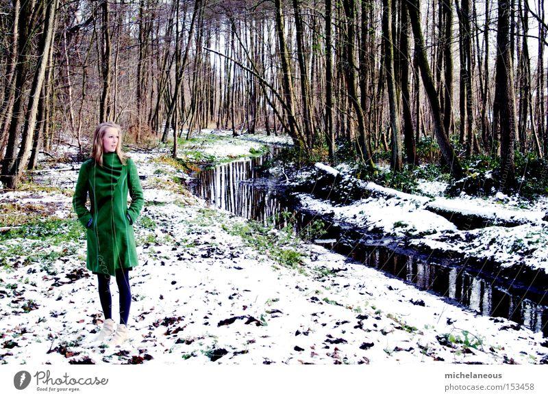 am bach. schön weiß Baum grün Winter Wald Schnee träumen Sehnsucht Bach Mantel links