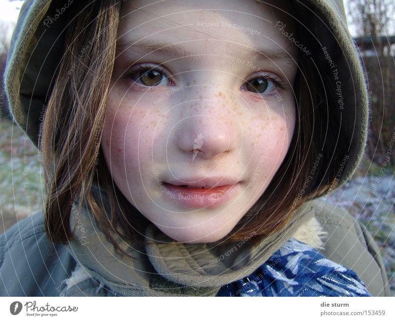 Winterkind Mädchen Porträt Kapuze Sommersprossen blond Kind hübsches Gesicht kaukasisch grüne Augen