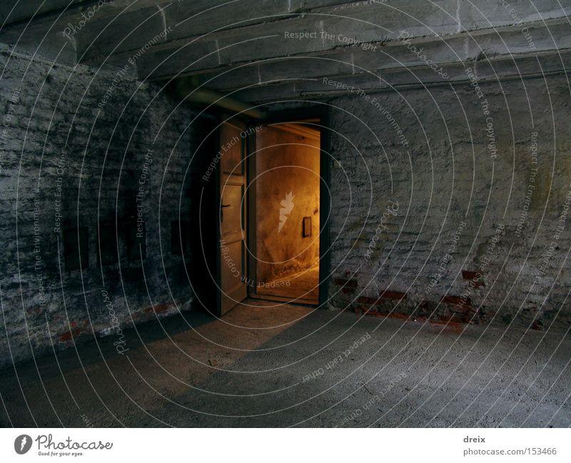 dunkel Traurigkeit Beleuchtung Angst dreckig Tür Tor Tunnel Flucht Panik Keller unheimlich unterirdisch staubig