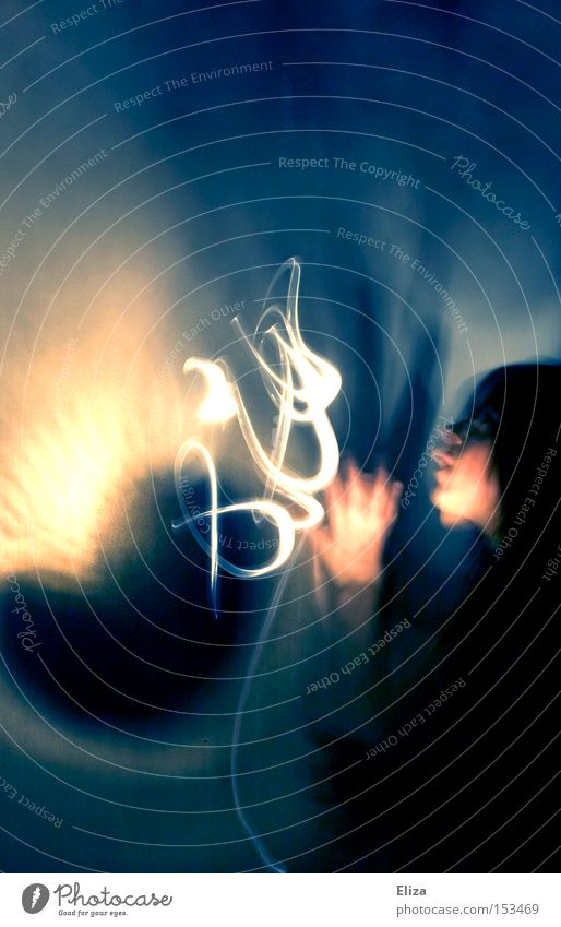 Eine schemenhafte Gestalt mit Lichteffekten nachts im Dunkeln. Übersinnlichkeit, geisterhaft und mystisch. Mensch bedrohlich dunkel Angst Surrealismus Flüstern