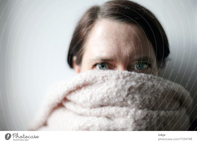 Kuschliges Plööhsch in zartrosé Lifestyle Stil Frau Erwachsene Leben Gesicht Auge Frauengesicht Frauenaugen 1 Mensch 30-45 Jahre Schal Blick kuschlig weich