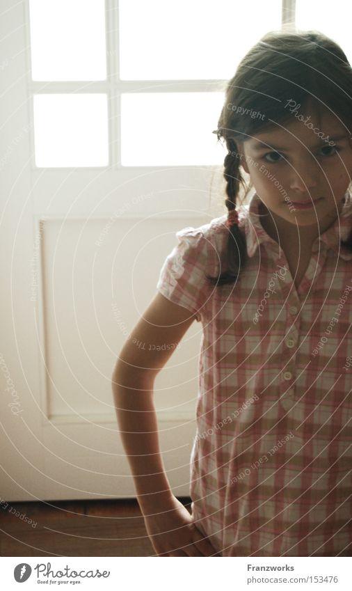 Flausen im Schopf. Kind Mädchen Spielen Kraft süß stark niedlich frech Unsinn selbstbewußt Zopf Dickkopf