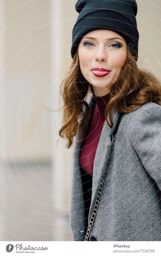 Frau, die auf der Straße mit Unschärfehintergrund und -lächeln steht Lifestyle elegant Stil schön Gesicht Schminke Mensch Mädchen Erwachsene Herbst Kleinstadt