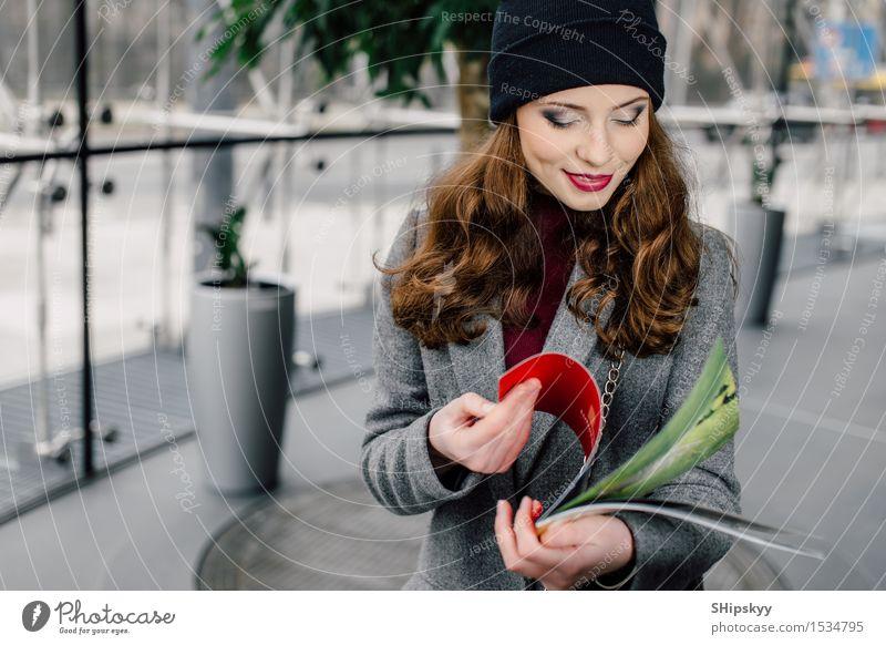 Mensch Frau schön Farbe Mädchen Gesicht Erwachsene Lifestyle Business Arbeit & Erwerbstätigkeit Büro modern sitzen Lächeln Fotografie Papier