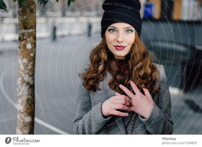 Frau, die auf der Straße steht Lifestyle elegant Stil schön Gesicht Schminke Mensch Mädchen Erwachsene Herbst Kleinstadt Stadt Mode Bekleidung Mantel brünett