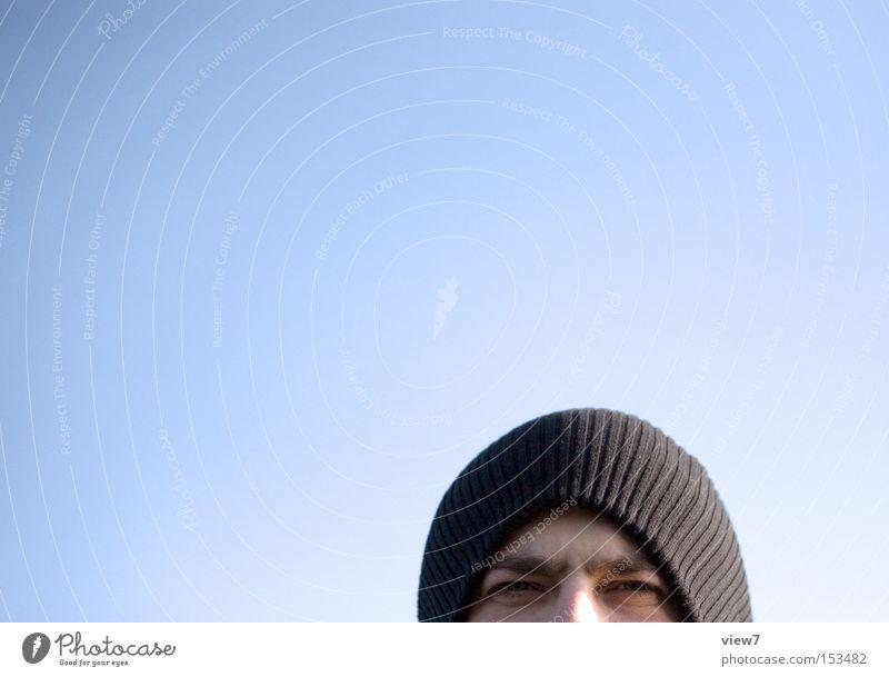 Himmelblau männlich Mann Himmel blau Freude Winter Auge dunkel Mütze Kerl Gesicht zusammengekniffen