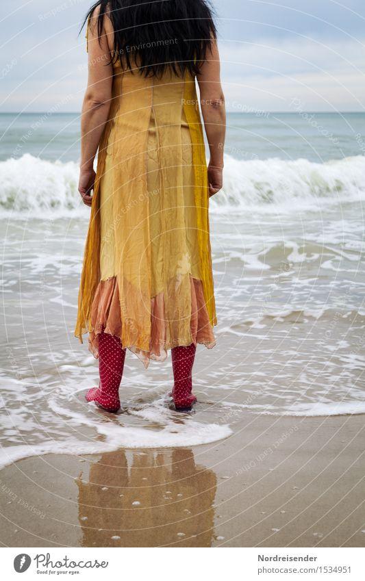 Sehnsucht Mensch Frau Wasser Meer Erholung Einsamkeit ruhig Ferne Strand Erwachsene Stil Stimmung Horizont träumen Wellen Urelemente