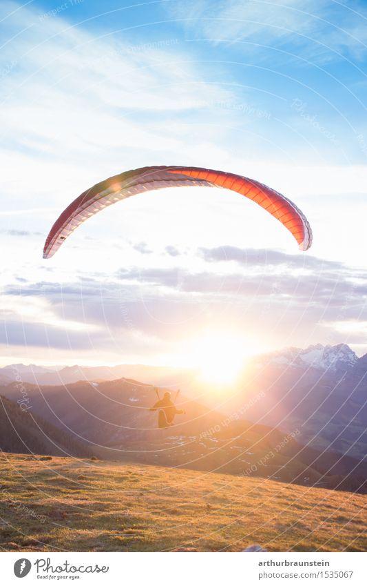 Paragleiter beim Sonnenaufgang Lifestyle Freude sportlich Freizeit & Hobby Fallschirm Ausflug Freiheit Berge u. Gebirge Sport Gleitschirmfliegen Mensch maskulin