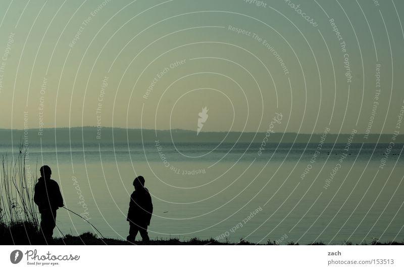 Schattenkinder See Kind Spielen Winter Dämmerung Strand Schilfrohr 2 Wasser dunkel Abend Nacht Freude Küste Paar Glück