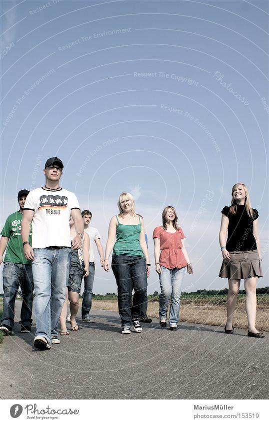 Sunny Voices Jugendliche Freude Freundschaft Feld Spaziergang Asphalt Deutsche Flagge gehen