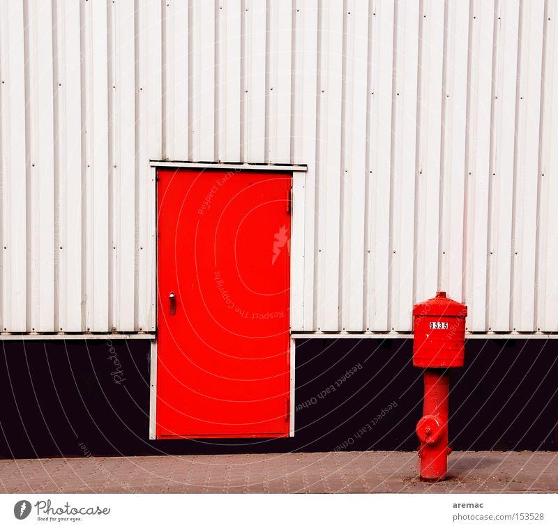 Freunde Wasser weiß rot Freude Brand Fassade Sicherheit Notausgang Hydrant Metalltür