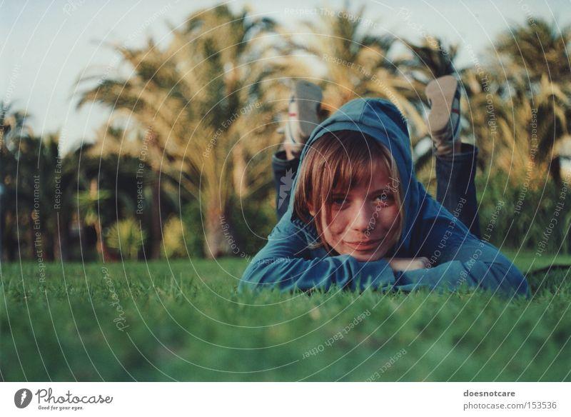 under spanish sun. Stil Erholung Sommer Mensch feminin Junge Frau Jugendliche Erwachsene 1 18-30 Jahre Gras Palme Park Wiese Kapuzenpullover Lächeln