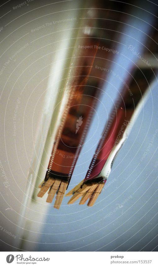 Ende vom Anfang Filmmaterial Fotografie analog ziehen strecken Fotolabor klassisch negativ hängen trocknen Linie Qualität Handwerk Neigung