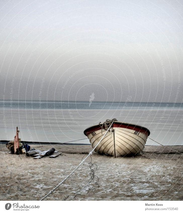 gestrandet Wasser Meer blau Winter Strand ruhig Einsamkeit Erholung Wasserfahrzeug Küste Insel Vergänglichkeit Ostsee Angeln bedecken abgelegen