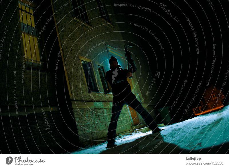 der gärtner wars Mann Mensch Mörder Licht Erscheinung Aussehen Kranz Lichterscheinung Axt töten Täter Defensive grau Nacht Waffe Angst Panik