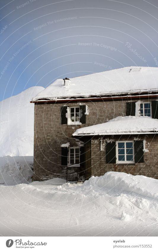 Kein Kamin ? - Keine Geschenke ! Haus Himmel Winter Dach Fenster Berge u. Gebirge Allgäu Häusliches Leben Schnee Gebäude Fensterladen kalt Fensterkreuz