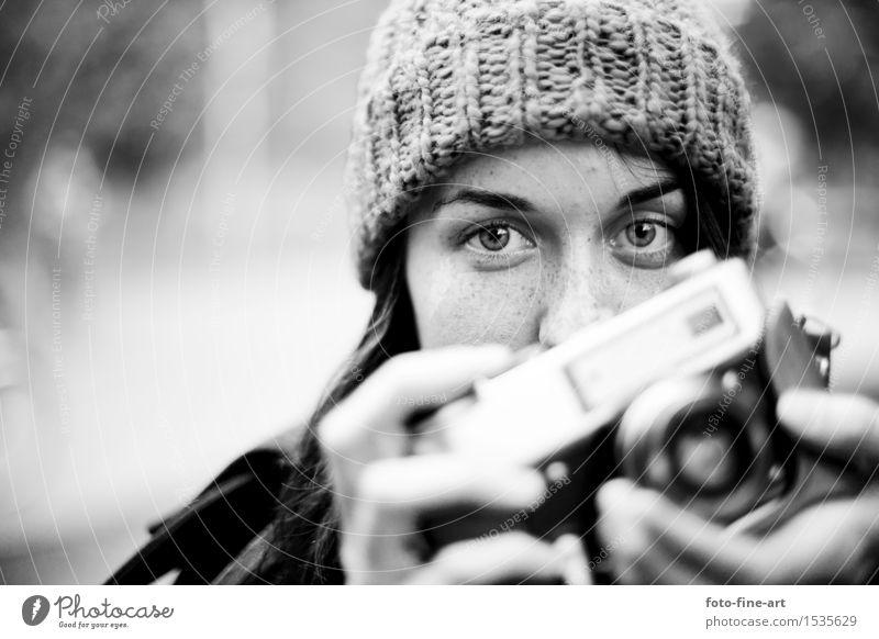 Fotograf Jugendliche Junge Frau Hand Freude Auge feminin Lifestyle Design Freizeit & Hobby Finger Medien Fotokamera Mütze analog Künstler