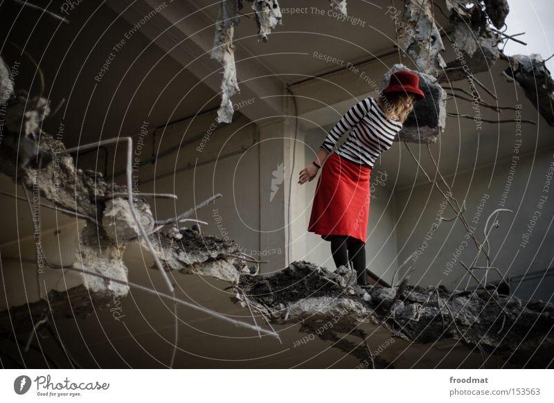 rückblickender ausblick Frau Beton gefährlich kaputt Baustelle Vergänglichkeit verfallen Hut Rock entdecken Verfall Am Rand Draht Demontage Entwicklung