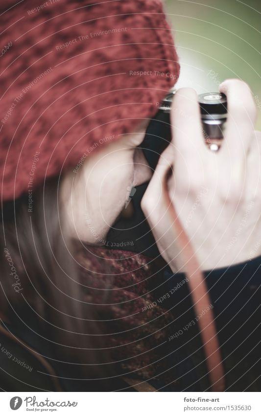 Julia fotografiert Jugendliche Junge Frau Hand rot Freude Auge feminin Lifestyle Design Freizeit & Hobby Finger Medien Fotokamera Mütze analog Künstler