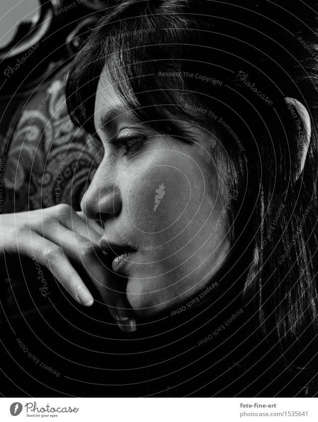 Inspiration Mensch feminin Junge Frau Jugendliche Lippen Hand Finger Künstler Denken ästhetisch dunkel Gefühle Stimmung schön ruhig Selbstbeherrschung elegant