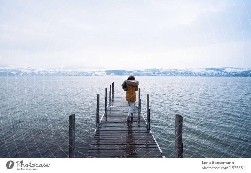 Junge Frau am winterlichen See Mensch Natur Ferien & Urlaub & Reisen Jugendliche Wasser Landschaft Ferne Winter Berge u. Gebirge Schnee feminin Freiheit Wetter