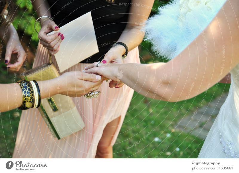Braut, die ihren neuen Hochzeitsring mit Freunden zeigt Mensch Frau Jugendliche Junge Frau Hand Freude 18-30 Jahre Erwachsene Liebe Gefühle feminin