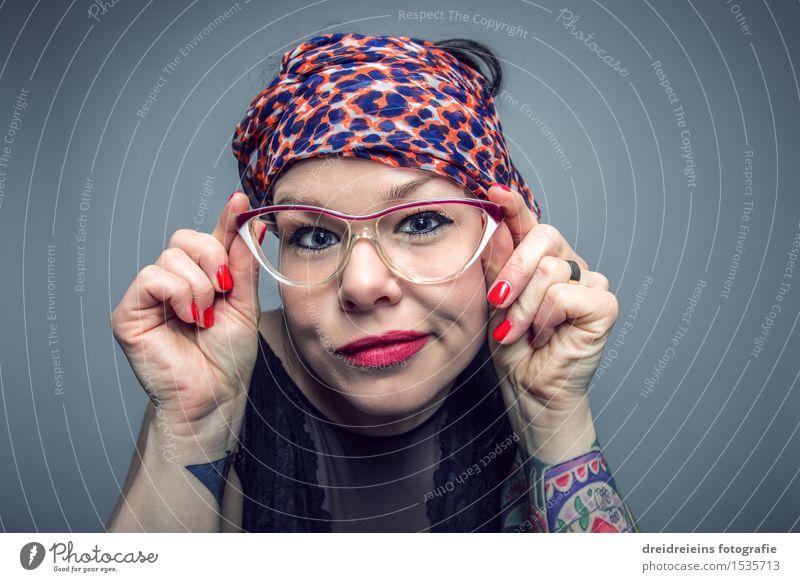 Nerdy Brillenschlange Lifestyle Gesicht Lippenstift Mensch feminin Frau Erwachsene Leben Tattoo Kopftuch Blick authentisch Coolness frech Freundlichkeit schön