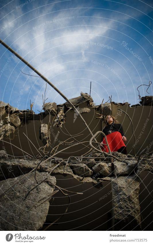 abgründig Frau Kraft Beton gefährlich Kraft kaputt Baustelle verfallen Hut Rock entdecken Verfall Am Rand Draht Demontage Entwicklung