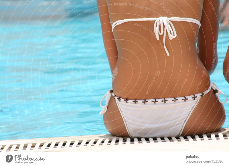 poolsitzung Wasser Sommer Ferien & Urlaub & Reisen Erholung Rücken sitzen Schwimmbad Freizeit & Hobby Schwimmen & Baden Bikini genießen Am Rand Unterhose Knoten
