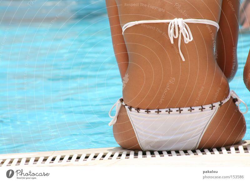 poolsitzung Wasser Sommer Ferien & Urlaub & Reisen Erholung Rücken sitzen Schwimmbad Freizeit & Hobby Schwimmen & Baden Bikini genießen Am Rand Unterhose Knoten Becken Frauenunterhose