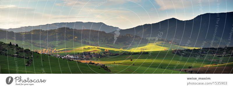 Frühling in der Slowakei. April sonnige Hügel. Landschaftspanorama Himmel Natur Ferien & Urlaub & Reisen blau grün Farbe Baum Wolken Haus Wald Berge u. Gebirge