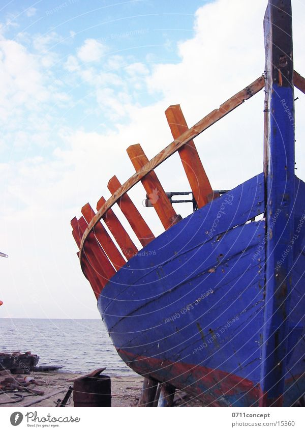 Fischkutter Blau Wasser blau See Wasserfahrzeug Schifffahrt Fischereiwirtschaft Fischerboot Schiffswrack Schiffsrumpf