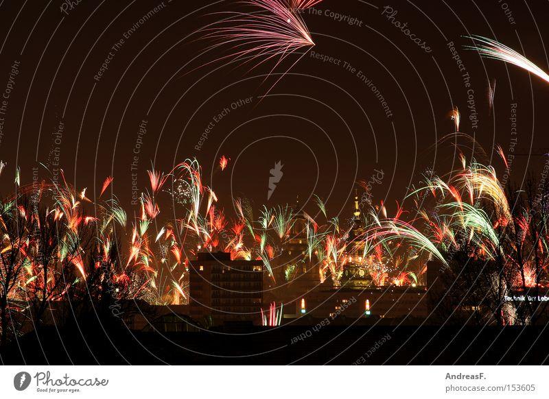 frohes neues jahr! Silvester u. Neujahr Feuerwerk Himmel Dresden Nachtaufnahme Leuchtrakete Leuchtspur Freude silvesterfeier silvesterfeuerwerk silvesterraketen