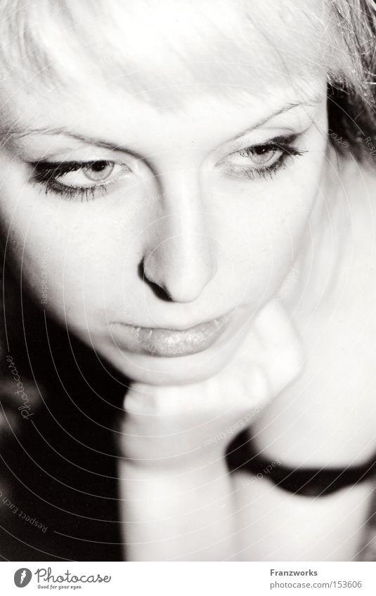 Procrastination. Frau Jugendliche schön ruhig Denken geheimnisvoll zart Gedanke verführerisch untergehen Sünde