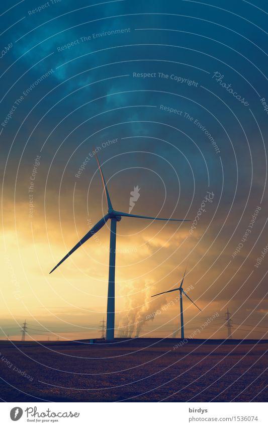 Windräder im Abendlicht , im Hintergrund Kohlekraftwerke welche mit ihren Abgasen den Himmel verdunkeln Energiewirtschaft Erneuerbare Energie Windkraftanlage