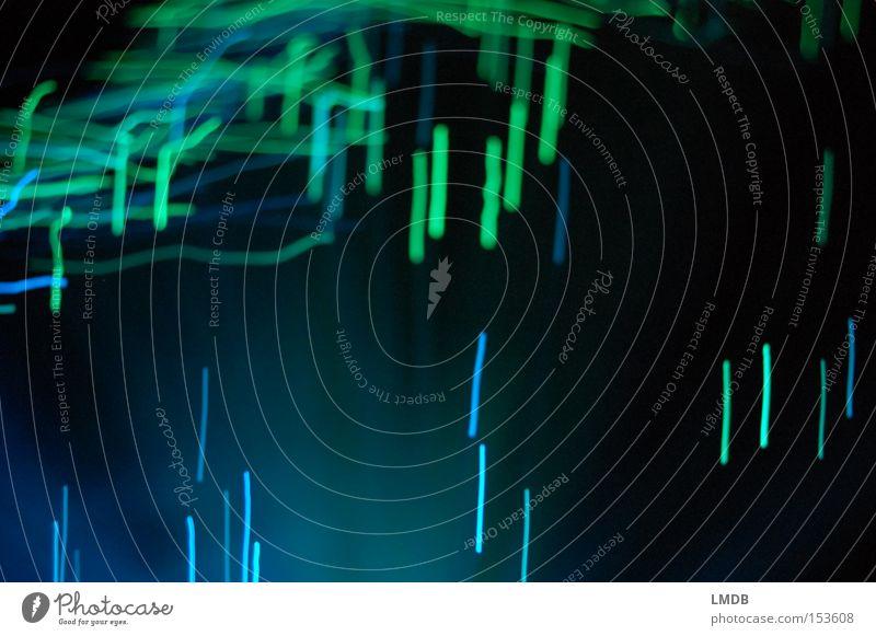 künstlicher Lichterregen blau grün dunkel Linie Regen Streifen Lichtspiel Matrix Langzeitbelichtung Lichtstreifen leuchtend grün Vor dunklem Hintergrund leuchtende Farben
