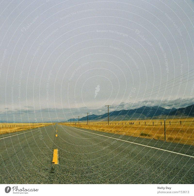 Montana Roads Straße Autobahn Landschaft fahren Elektrizität Wolken Berge u. Gebirge Freiheit Ferne Unendlichkeit planlos Amerika Wege & Pfade Verkehrswege USA