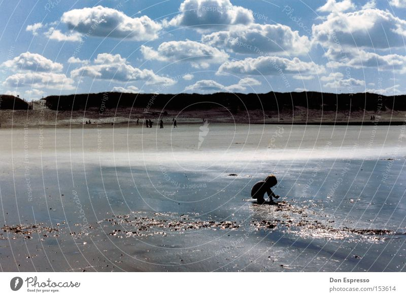 Norderney 1986 Strand Insel Baby Kind Sand Spielen Wasser Meer See Nordsee Düne Stranddüne Wattenmeer Sommer Wolken Himmel Ferien & Urlaub & Reisen