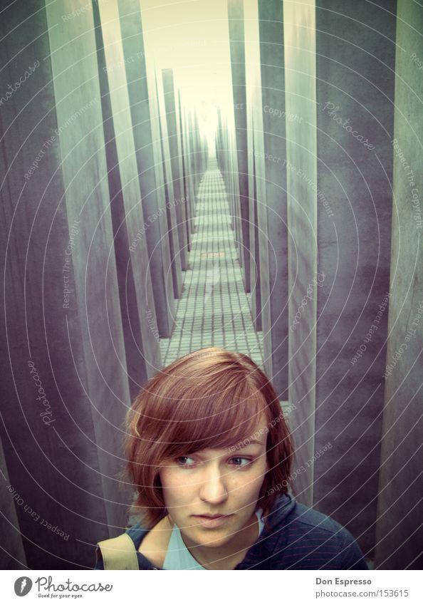 Which way now? - Berlin 2008 Frau Auge Wege & Pfade Wahrzeichen Denkmal Säule Tunnel Frauengesicht erinnern Judentum Mord Massenmord Holocaustgedenkstätte Stele