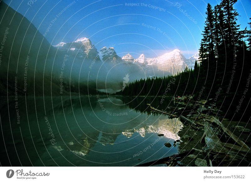 Schatten über Moraine Berge u. Gebirge See Wasser Oberfläche Glätte Spiegel ruhig Frieden Schnee Gipfel Alberta Banff National Park Morgen Kanada friedlich