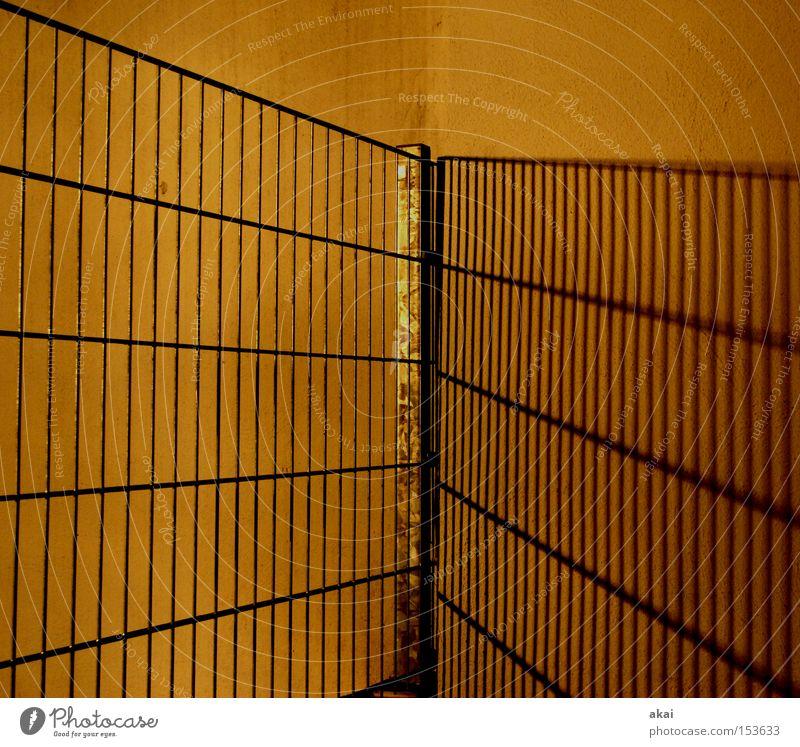 Schatten Zaun Stahl Metall Metallwaren Licht Mauer Wand Putz diagonal Strukturen & Formen gelb Langzeitbelichtung Sicherheit Handwerk Neigung