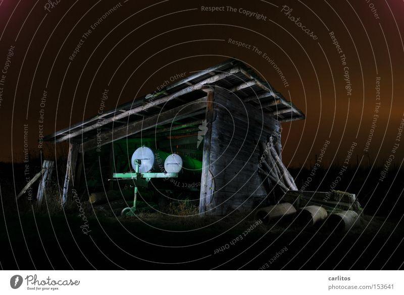 Dorfdisko für Esel und Schaf Nacht dunkel Licht grün Langzeitbelichtung Landwirtschaft Lichtmalerei Farbe Bauerndisko Gefolgsleute Scheune Unterstand