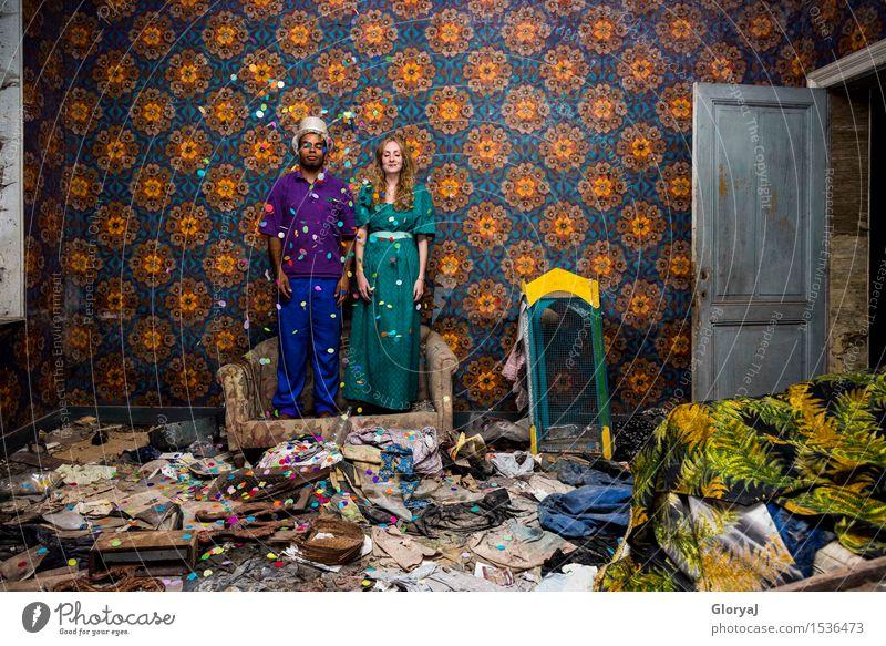 Bunter Regen Glück Party Feste & Feiern Junge Frau Jugendliche Junger Mann 2 Mensch 18-30 Jahre Erwachsene Kleid Zylinder Sofa Tapete Tür stehen blau mehrfarbig