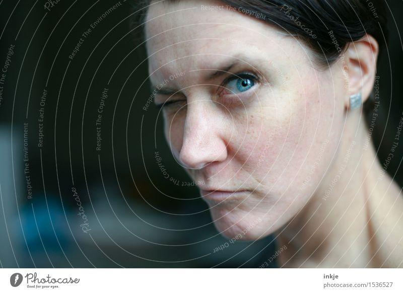 Agnostikerin Lifestyle Freude Freizeit & Hobby Frau Erwachsene Leben Gesicht Auge 1 Mensch Blick blau Gefühle Stimmung Misstrauen Skeptizismus skeptisch Glaube