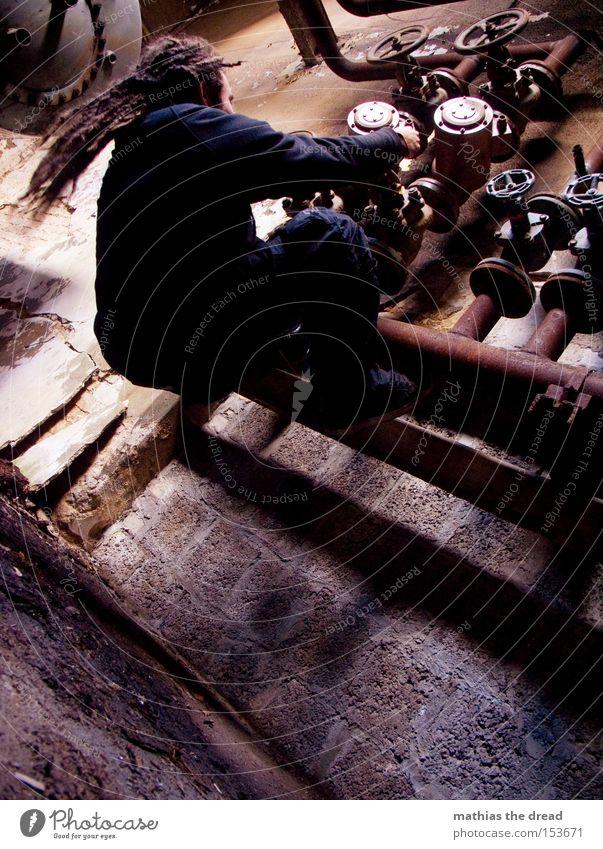 BISSEL AN NE KNÖPPE SPIELEN II Mann alt dunkel Wand Kraft dreckig Industrie Industriefotografie Fabrik verfallen Röhren Eisenrohr schäbig drehen anstrengen Leitung