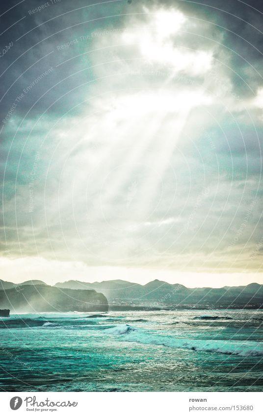 wolkenöffnung Himmel Sonne Meer grün blau Wolken dunkel träumen Küste Wellen Beginn Licht bedrohlich Religion & Glaube einzigartig Sehnsucht