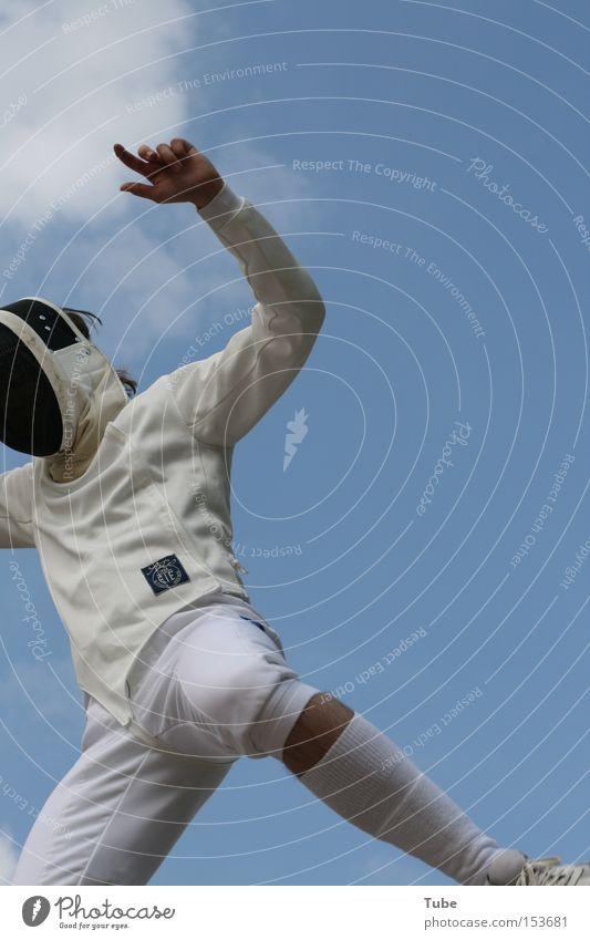 skyKNIGHTer II Fechten kämpfen Kampfsport Sport Maske Himmel Wolken springen Olympiade Ritter Ritterstatue Held Applaus Anzug weiß Finger Spielen Freude Florett