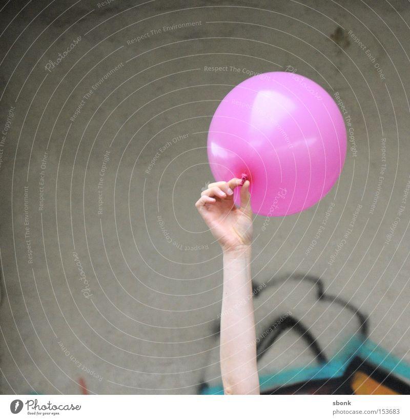 Abgehoben Luftballon rosa Spielen spielend Beton Hand aufgeblasen