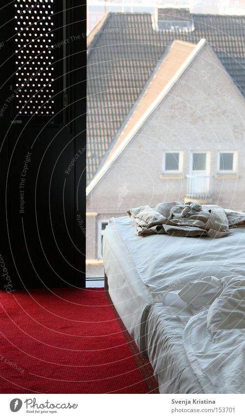 Bett mit Fensterblick Hotel Schlafzimmer schlafen Erholung Morgen Bettdecke Schlafanzug Roter Teppich Bettlaken Design Wochenende Ferien & Urlaub & Reisen